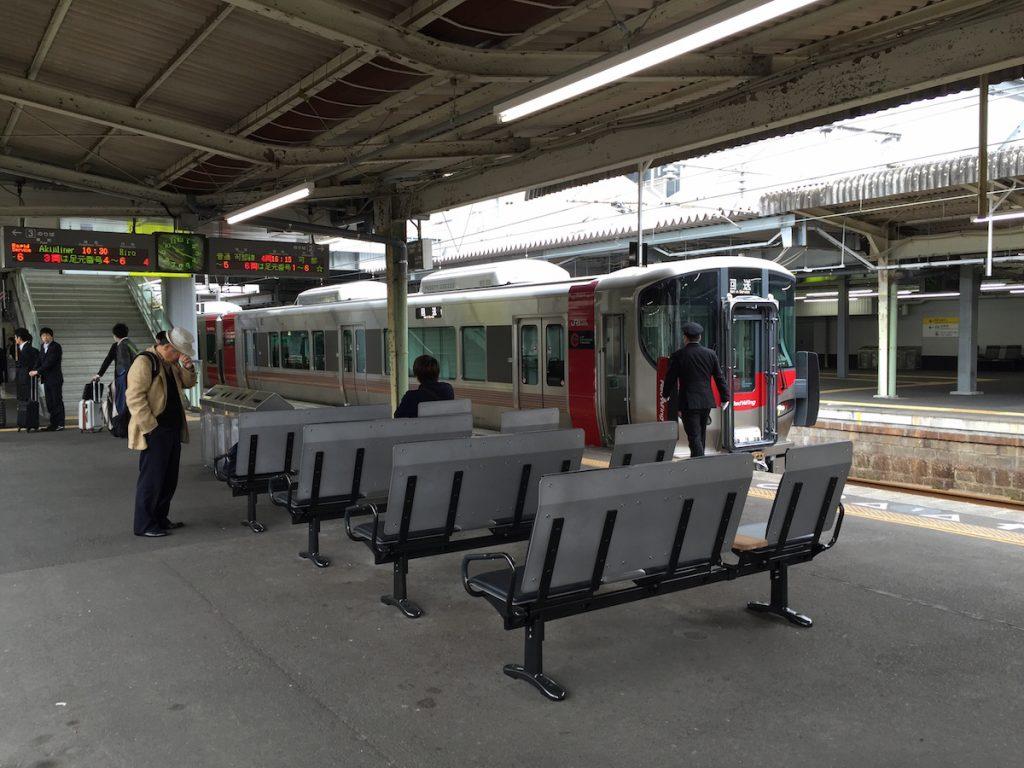 広島駅2、3番ホームのベンチシート