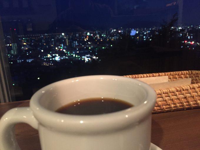 ダスティアーツ コーヒーと夜の街並み